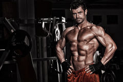 Bodybuilder posing in the gym Royalty Free Stock Images