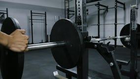 Bodybuilder/Powerlifter, das Gewicht Barbell benchpress hinzufügt stock footage