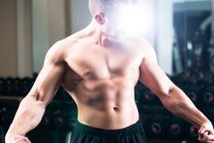 Bodybuilder pozuje w Gym Zdjęcia Stock