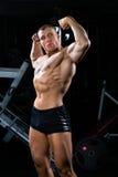 Bodybuilder pozuje w Gym Zdjęcia Royalty Free