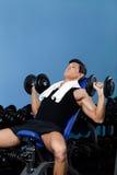 Bodybuilder pracujący z ciężarami out obraz stock