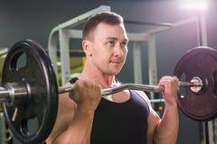 Bodybuilder puissant faisant les exercices avec le barbell Force et motivation photographie stock