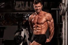 Bodybuilder que levanta na ginástica foto de stock royalty free