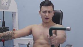 Bodybuilder robi ćwiczeniom na klatki piersiowej obsiadaniu wewnątrz zdjęcie wideo