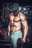 Bodybuilder robi ćwiczeniom z dumbbells Obrazy Royalty Free
