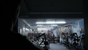 Bodybuilder schaltet das Licht in der Turnhalle ein Zeitlupevideo stock video footage