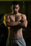 Bodybuilder sprawności fizycznej mięśni Wzorcowa Napina strona Fotografia Stock