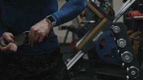 Bodybuilder stawia dalej sportowego pasek zwolnionego tempa wideo zdjęcie wideo