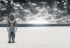 Bodybuilder sulla spiaggia Fotografie Stock Libere da Diritti