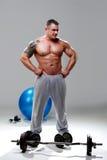 bodybuilder target1953_0_ relaksuję Fotografia Royalty Free