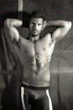 Bodybuilder tegen metaalachtergrond Royalty-vrije Stock Afbeeldingen