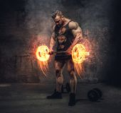 Bodybuilder tenant le barbell brûlant photos libres de droits