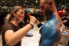 Bodybuilder tijdens een lichaam het schilderen zitting bij de Tatoegeringsovereenkomst van Milaan Stock Foto's