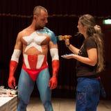 Bodybuilder tijdens een lichaam het schilderen zitting bij de Tatoegeringsovereenkomst van Milaan Royalty-vrije Stock Foto's