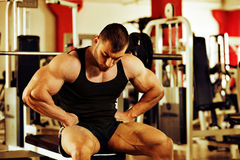 Bodybuilder training gym Royalty Free Stock Photos
