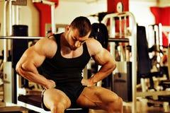 Bodybuilder training gym Royalty Free Stock Photos