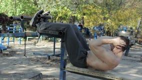 Bodybuilder trenuje mięśnie podbrzusze zdjęcie wideo