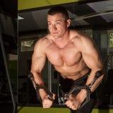 Bodybuilder trenuje mocno zdjęcie stock
