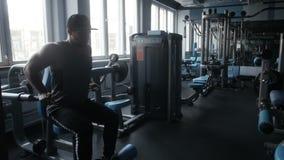 Bodybuilder tut Sitzreihe stock video