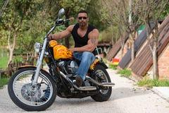 Bodybuilder und Motorrad stockfotografie