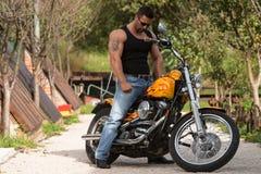 Bodybuilder und Motorrad stockfoto