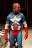 Bodybuilder während einer Körpermalereisitzung an der Mailand-Tätowierungs-Vereinbarung Lizenzfreie Stockbilder