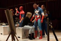 Bodybuilder während einer Körpermalereisitzung an der Mailand-Tätowierungs-Vereinbarung Lizenzfreie Stockfotografie