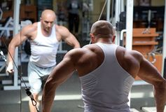 Bodybuilder w gym Obrazy Royalty Free
