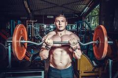 Bodybuilder w stażowym pokoju Zdjęcie Royalty Free