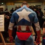 Bodybuilder während einer Körpermalereisitzung an der Mailand-Tätowierungs-Vereinbarung Lizenzfreie Stockfotos