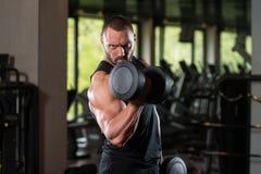 Bodybuilder ćwiczenia bicepsy Z Dumbbells Fotografia Stock