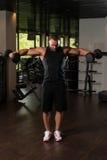 Bodybuilder ćwiczenia ramiona Z Dumbbells Zdjęcie Stock
