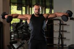 Bodybuilder ćwiczenia ramiona Z Dumbbells Zdjęcia Stock