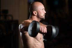 Bodybuilder ćwiczenia ramiona Z Dumbbells Fotografia Royalty Free