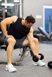 Bodybuilder ćwiczy dumbbell Obrazy Royalty Free