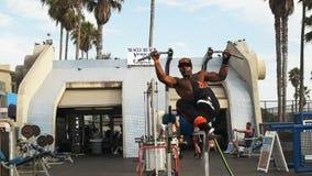Bodybuilder worksout en vertoningen zijn sterkte bij Spierstrand stock footage