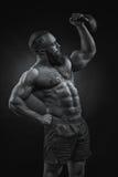 Bodybuilder z brodą podnosi ciężkiego kettlebell obraz stock