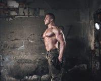 Bodybuilder z ciężarem Obrazy Stock