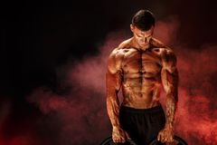 Bodybuilder z dumbbells w jego rękach Zdjęcie Stock