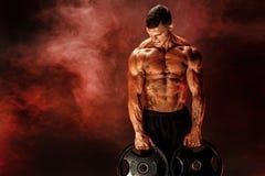 Bodybuilder z dumbbells w jego rękach Obraz Stock