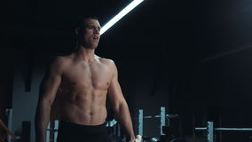 Bodybuilder z mięśniową budową ciała zbiory wideo