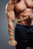 Bodybuilder z taśmy miarą Obrazy Royalty Free