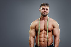 Bodybuilder z taśmy miarą Zdjęcia Stock