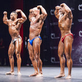 Bodybuilder zeigen ihre Konstitution auf Stadium in der Meisterschaft Stockbild
