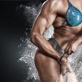 Bodybuilderfrau im Bikini lizenzfreie stockfotografie