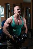 Bodybuildergewichtheffen met Domoor Royalty-vrije Stock Fotografie