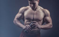 Bodybuildermens stock afbeelding