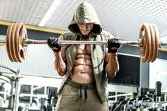 Bodybuildermens in gymnastiek Stock Afbeelding