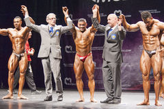 Bodybuilders świętują ich zwycięstwo na scenie z urzędnikami Obrazy Stock