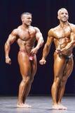 Bodybuilders pokazują ich klatki piersiowej pozę na scenie Obraz Royalty Free